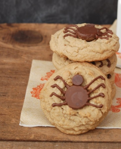 Put a twist on a classic cookie with these delicious and easy-to-make Hershey's Kiss Spider Cookies! #31DaysofHalloween