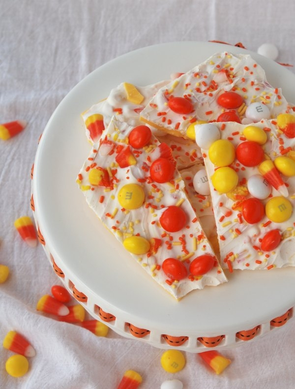 Candy Corn Bark is a sweet, delicious treat that literally anyone can make in minutes. Fun, festive and EASY -- my kind of treat! #31daysofHalloween