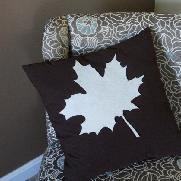 Make this no-sew fall leaf pillow in just minutes and update your decor just in time for Thanksgiving!