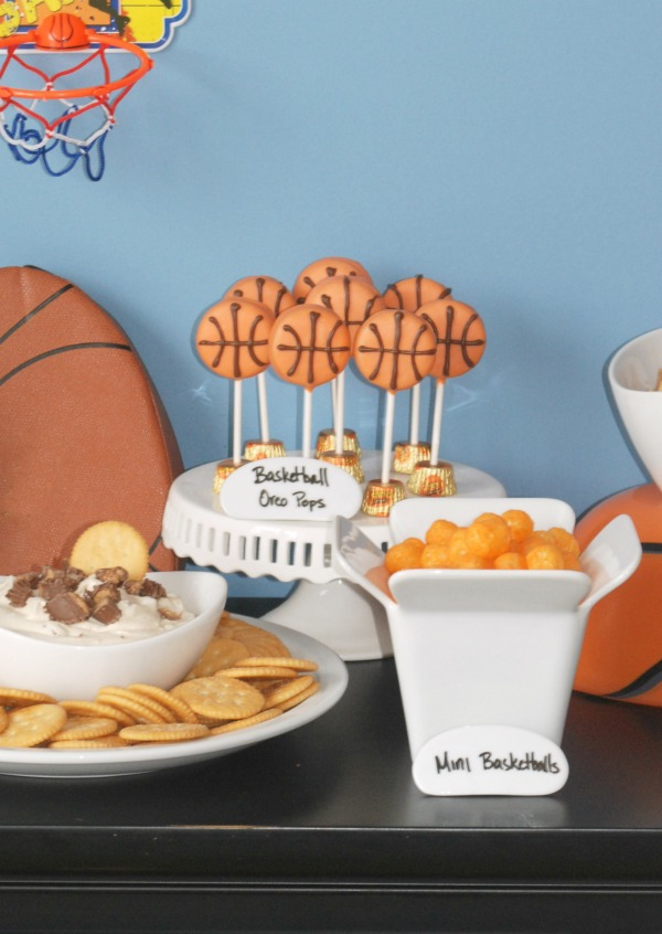 Spring is such a fun time for basketball parties -- this one is full of quick, fun and easy ideas. And it includes a recipe for Slam Dunk Reese's Peanut Butter Cup Dip! Um, ok!! #EasyBracketParty #ad