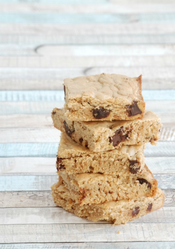 These cinnamon chocolate chip blondies are an easy, delicious alternative to chocolate chip cookies! #ChocolateHistory #IC #ad